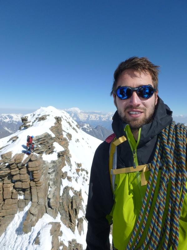 gianni-e-sullo-sfondo-due-alpinisti-saliti-dallaltro-versante