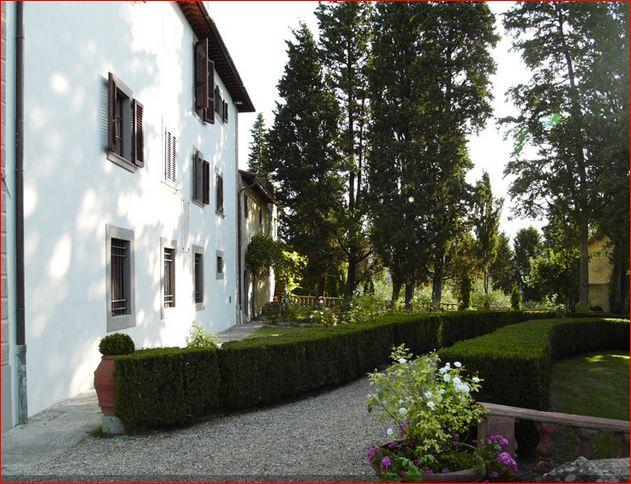 Villa Pepi un fianco con il giardino